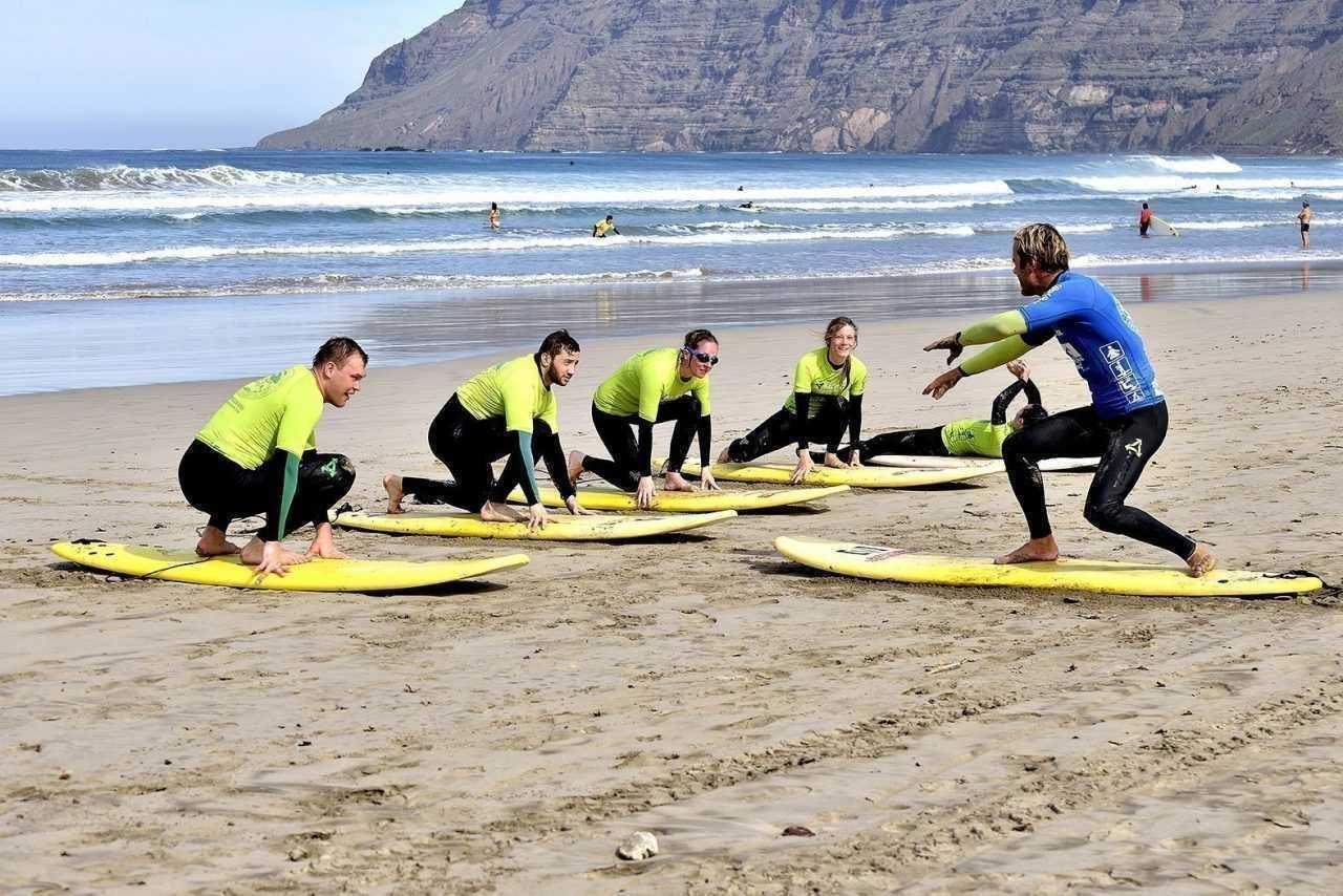 beginner surf lessons red star surf school lanzarote