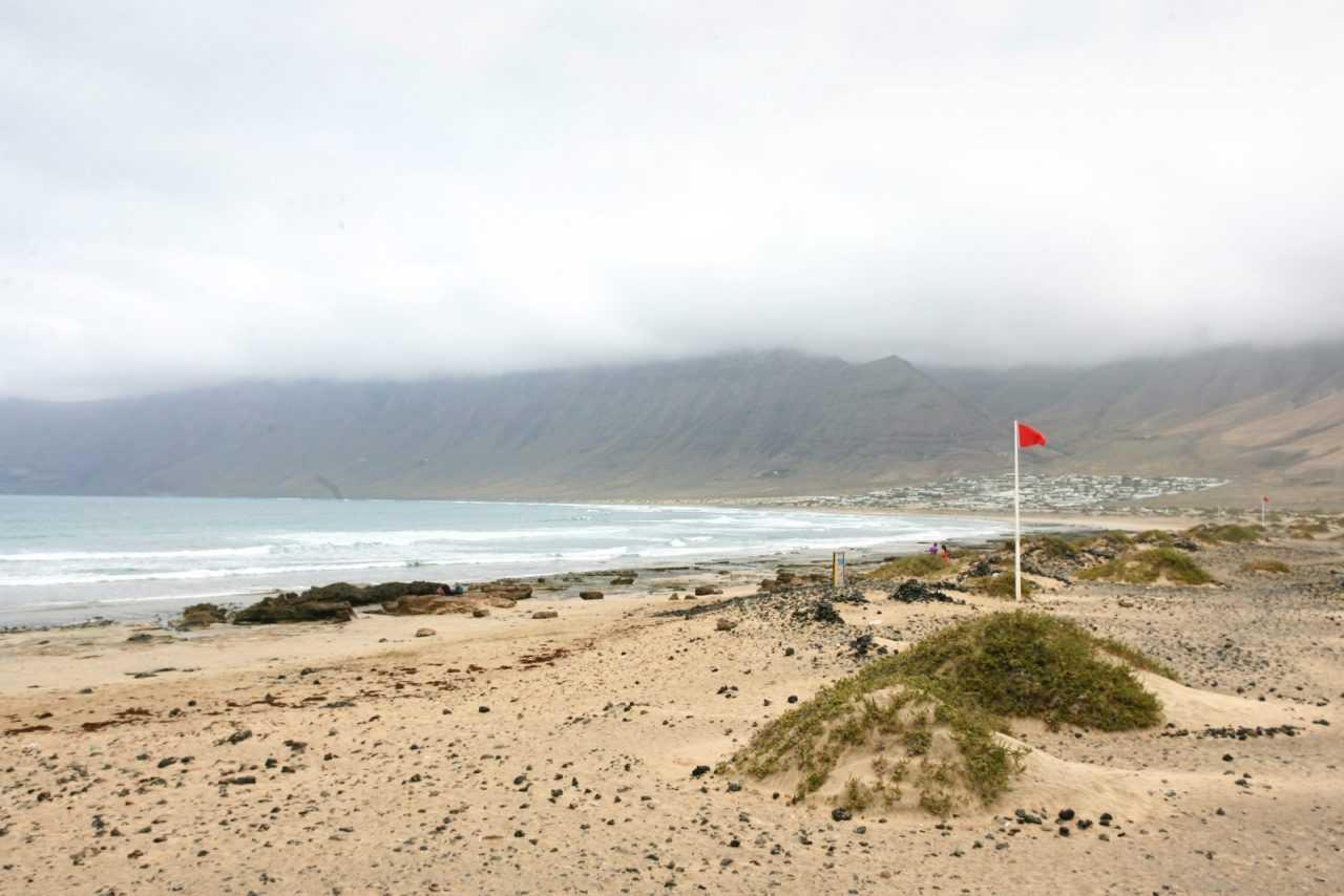 Пляж Фамара - один из самых длинных пляжей в Испании - Чем заняться на Лансароте