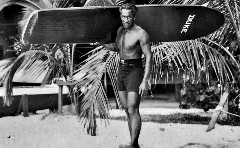 Surf Geschichte Der Duke und sein Surfboard.