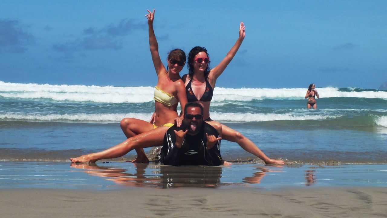 Surfboard Auswahl und Spaß am Strand in Famara