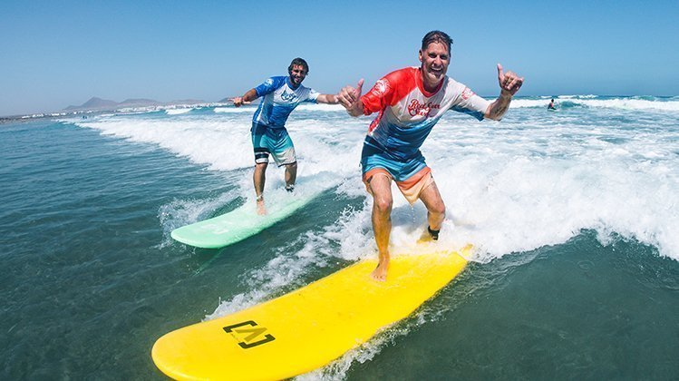 learn to surf in famara lanzarote with redstarsurf escuela de surf ecole de surf