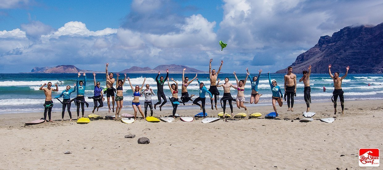 group surf course surf school and surf camp on the beach playa famara lanzarote with redstarsurf accommodation and surf lessons escuela de surf in canary islands surf camp ecole de surf серф школа серф-кемп серф-лагерь