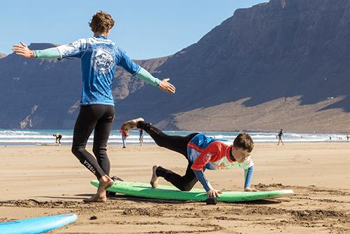 beginner surf lessons on the beach for clases de surf para principiantes famara lanzarote canary islands surfkurs für beginner