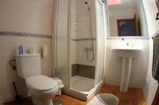 surf-house-casa-natalia-shared-bathroom - example